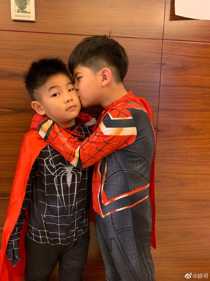 安吉兄弟俩搞怪扮蜘蛛侠 小鱼儿被哥哥亲表情亮了