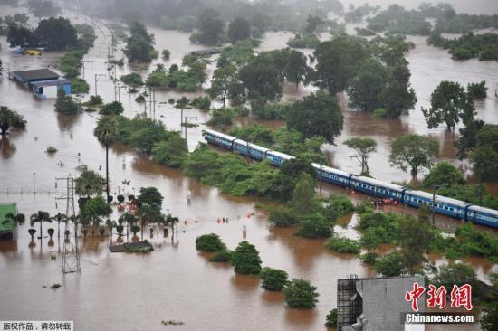 印度暴雨致铁轨积水 700名乘客经8小时救援后均脱困
