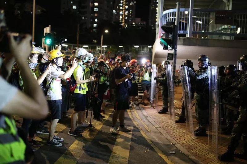 """昨晚极端示威者在元朗的""""迷惑行为"""",把人直接笑醒"""