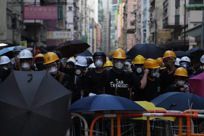 两张香港今日非法集会的现场照片,告诉你境外受众看到的会是什么