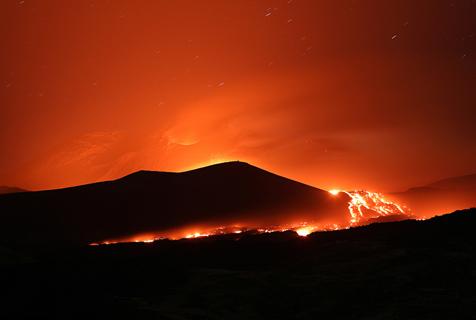 意大利埃特纳火山喷发  熔岩滚滚照亮夜空