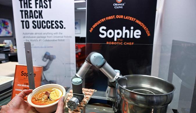 新加坡:机器人厨师制作东南亚美食叻沙