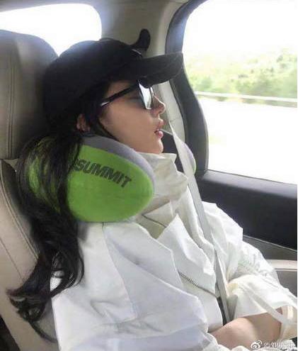 刘亦菲车上睡觉被偷拍 自侃:不知道有没有流口水