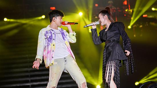 张杰重庆演唱会与谭维维合唱《逆战》燃炸全场