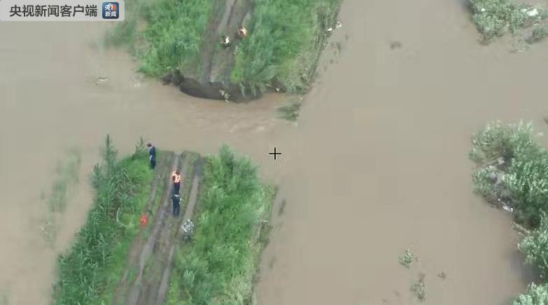 黑龙江佳木斯市郊区发生两处民堤决堤险情,救援正在进行