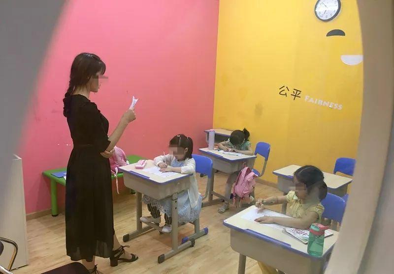 监控拍下可怕一幕!5岁小女孩在培训机构上课时,突然被课桌砸中!