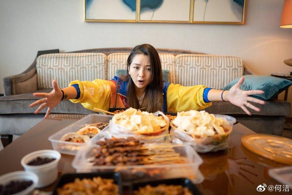 何洁晒满桌新疆美食 抛减肥任务大口吃羊肉串
