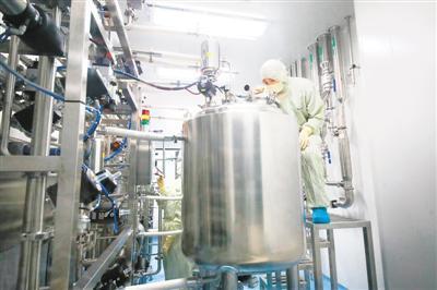 图为在江苏省淮安市清浦工业园区天士力帝益药业,智能无菌生产车间,技术人员正在通过智能化设备控制产品生产。   王 昊摄(人民视觉)
