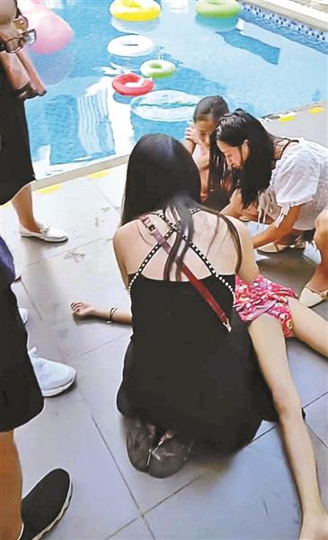 女孩泳池边摔倒失去意识 空姐路过施救获赞