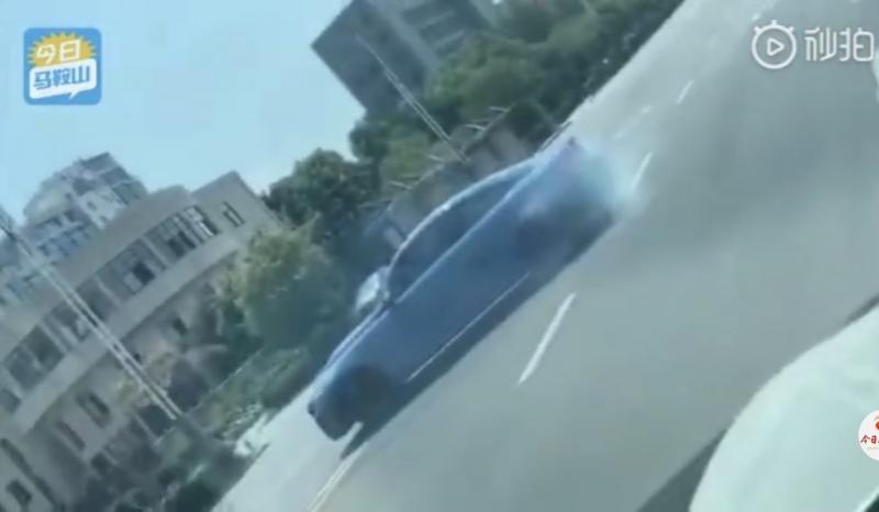 安徽马鞍山一男子驾车故意漂移 警方已对其采取刑事强制措施