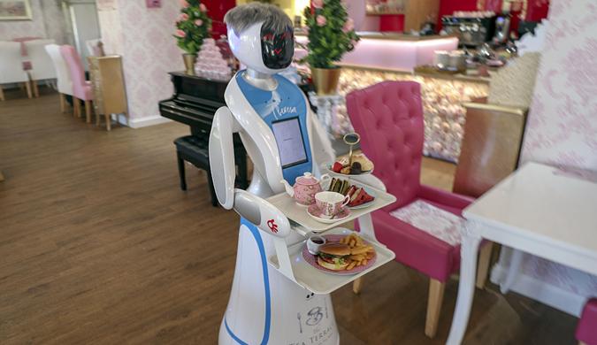 """英国一咖啡厅雇佣机器人服务员 头戴假发""""微笑""""服务"""