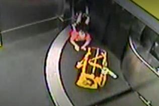 美两岁男童偷爬进机场行李传送带消失 吓坏母亲