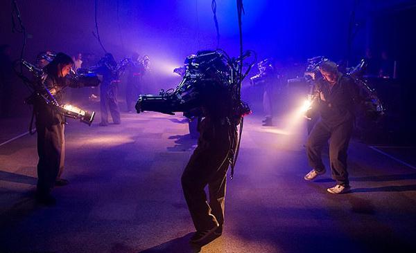 """名副其实的机械舞!美一音乐节舞者穿机械骨骼""""跳舞"""""""