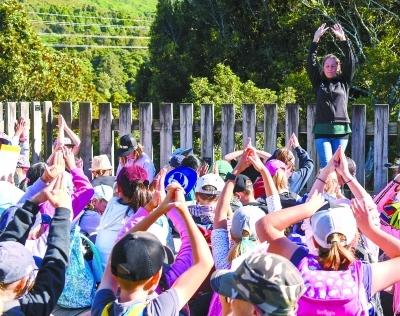 新西兰小学生暑假实践徒步3小时 负重3千克到5千克