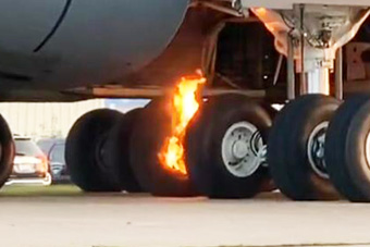 美军最大飞机参加航空展 起落架突然自己烧着了