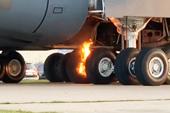 美軍最大飛機自己燒著了