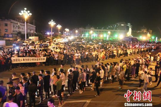 黑龙江少年救溺水者牺牲 千余群众接小英雄回家(图)