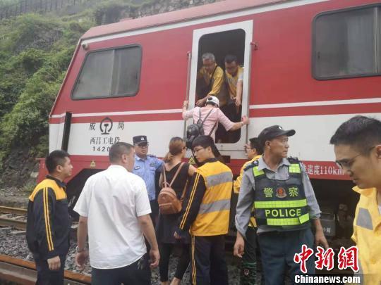 铁路部门紧急转运成昆铁路站区遭受暴雨灾害村民460余人