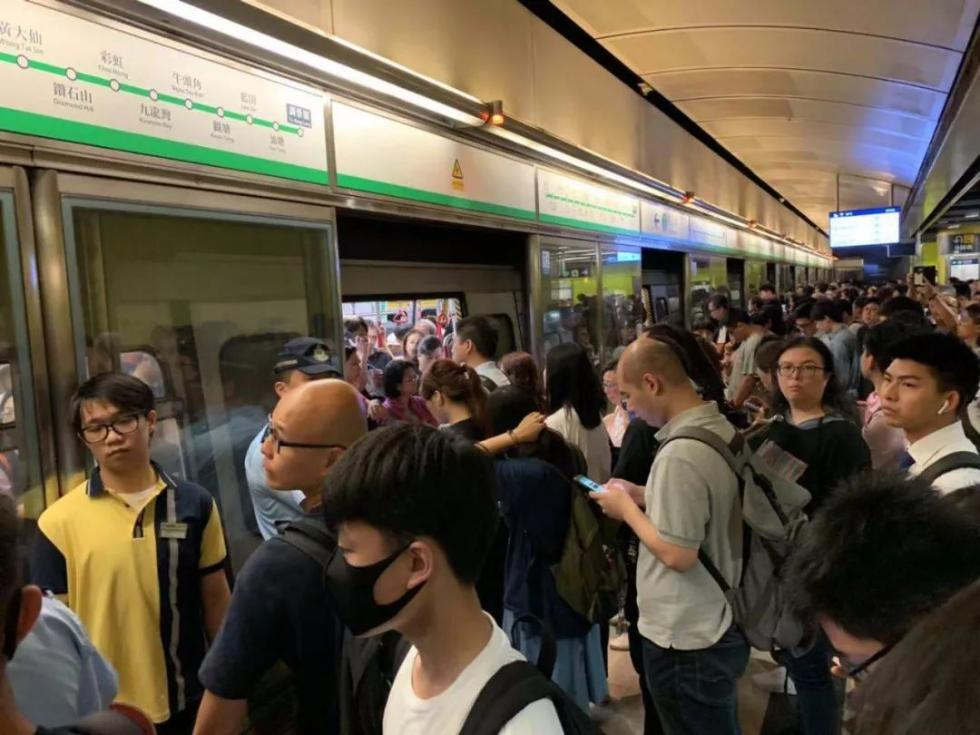 無良知!他們在香港地鐵擋車門,趕乘客:去坐巴士??!