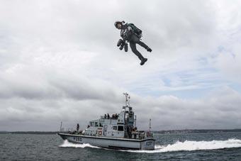 英发明家测试自制飞行套装 成功实现小艇上起降