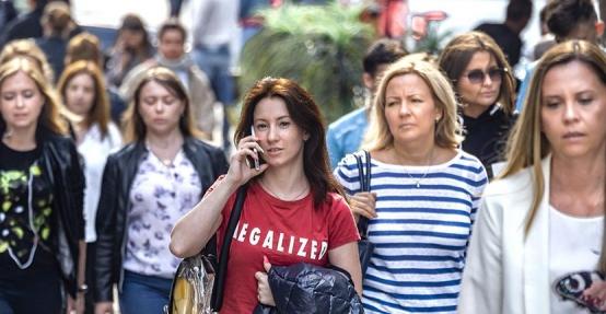 """俄民调:近九成俄罗斯女性对自己的""""颜值""""并不满意"""