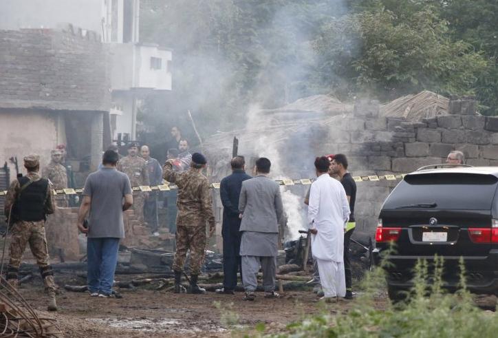 巴基斯坦军机坠毁致18人丧生 目击者:飞机烧成灰烬