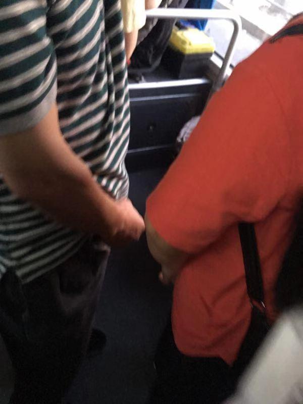 61岁男子在公交车上猥亵他人,受害者外甥女当场喝止并报警