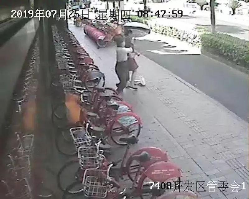 """杭州36岁""""富二代""""当街抢金项链,原因太奇葩!"""
