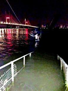 三男子酒后跳入长江游泳遇险 民警听到声音忙施救