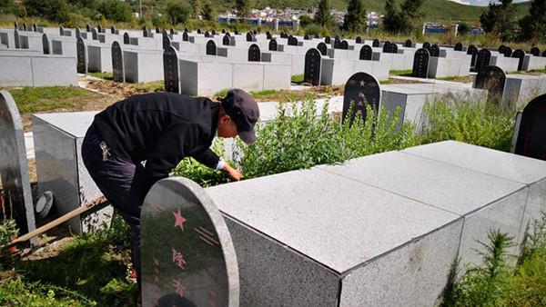 【记者再走长征路】两代烈士守墓人 父子接力52年