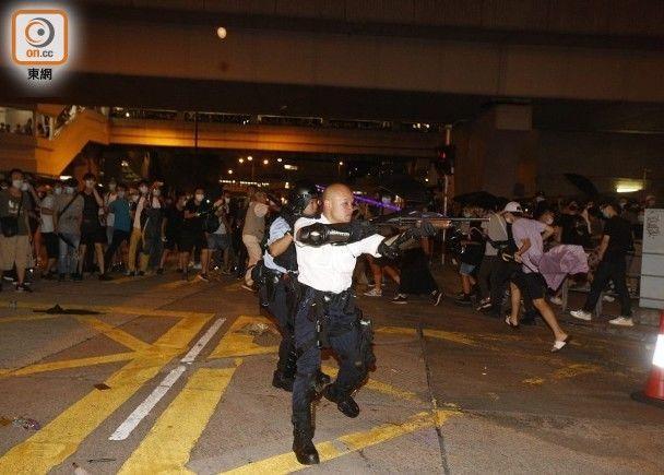 外媒集火攻擊昨晚香港警察舉槍,那是因為你沒看到這一幕!