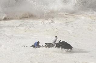 冲浪者被巨浪拍进水里 获队友冒险救援