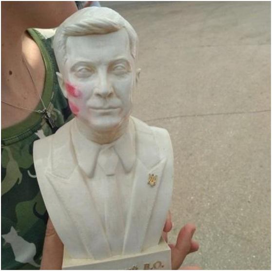 拒收带口红印的半身塑像,乌总统直呼:太可怕了,我不需要