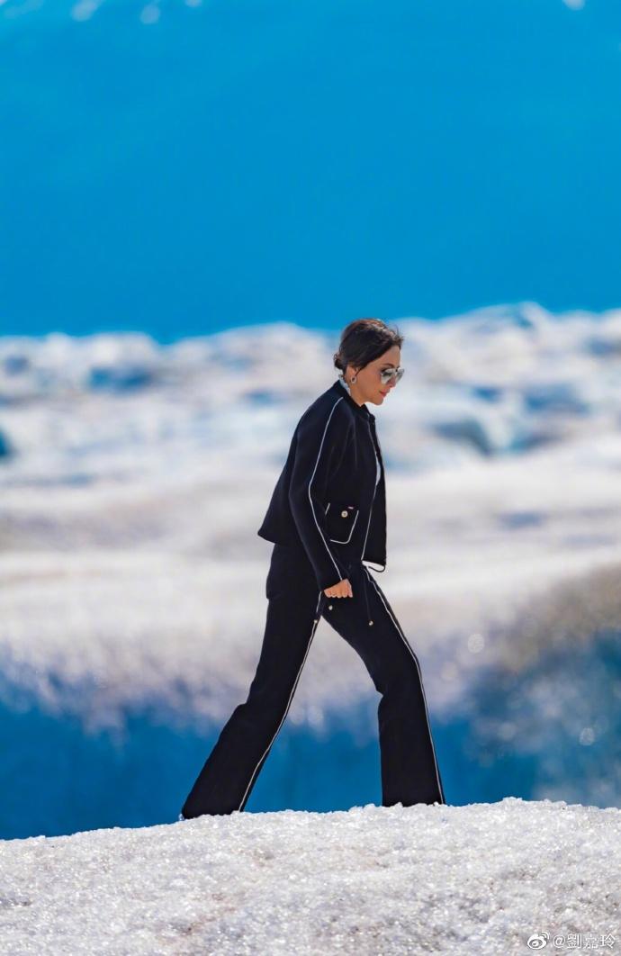 刘嘉玲登雪山活力十足 背带裤配墨镜时尚减龄