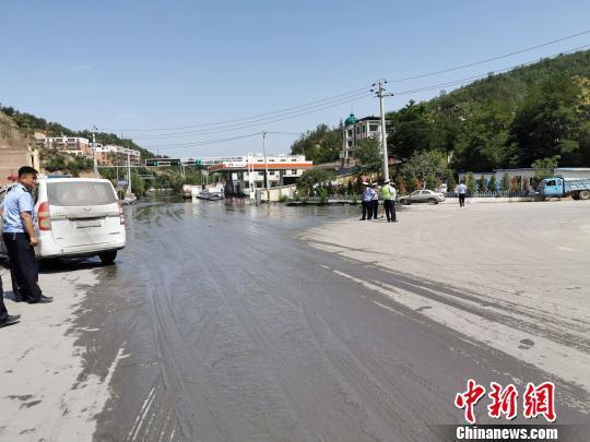 一炉铁水凝成铁块马晨明陕西子长县一小型坝溃塌洪水溢出 无人员伤亡