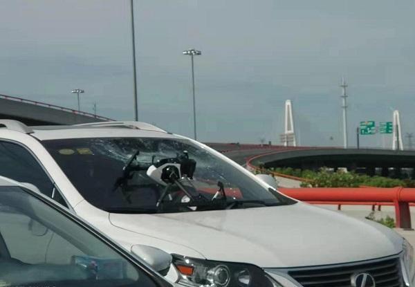 今晨济阳路近中环立交:天降无人机!砸坏行驶中的SUV