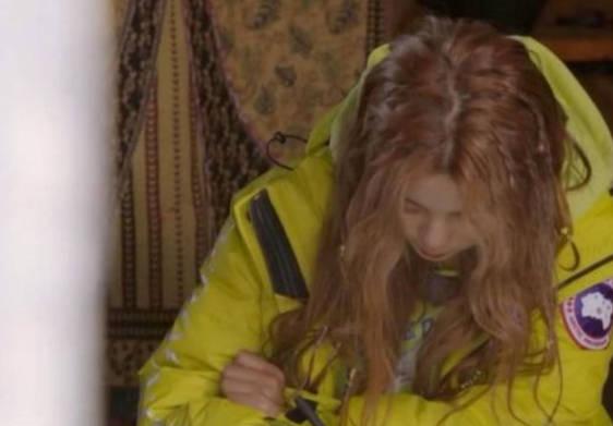 杨超越因学历太低被嘲笑,当镜头拉近她写的字后