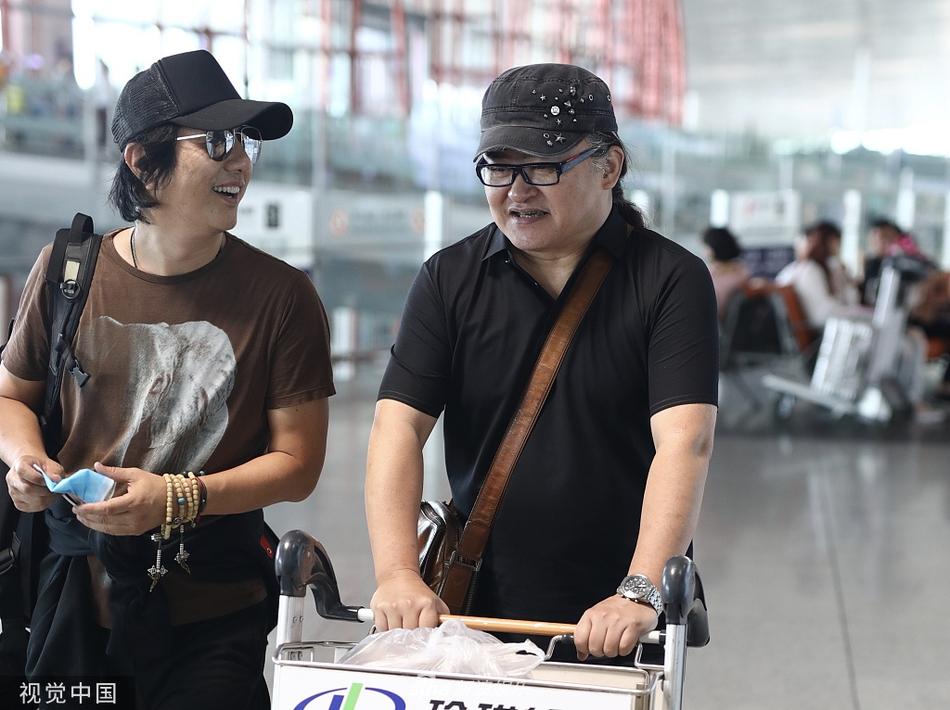 刘欢亲自推行李车接地气 与郑钧边走边聊心情大好