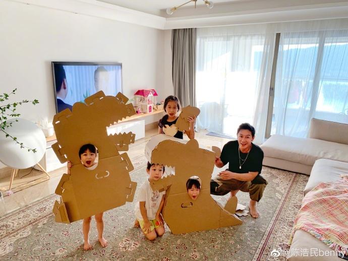 陈浩民一家玩纸板恐龙不亦乐乎 笑言幸福不需太多花费