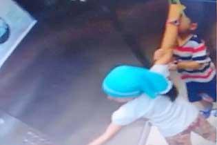 土耳其土地一小男孩被吊电梯门上 姐姐迅速救下弟弟