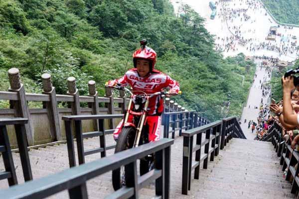 """中国极限攀爬摩托车手成功挑战999级石阶""""天梯"""""""