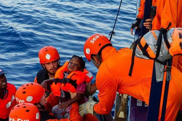 德国一移民救援组织在国际海域救下40名移民