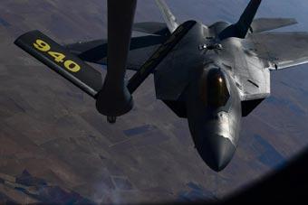 向谁示威?美驻卡塔尔F-22演练空中加油