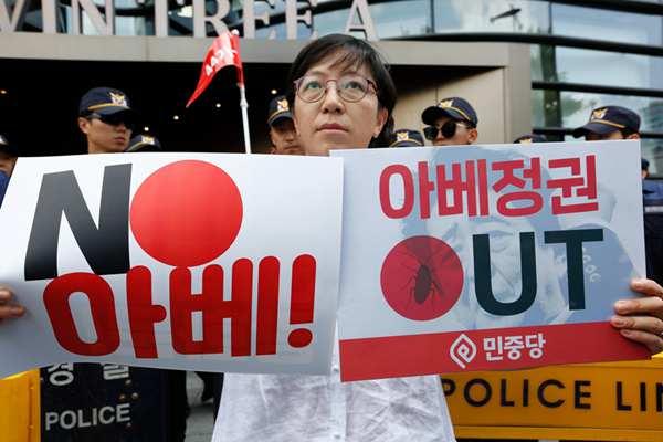 """韩国?#23601;?#32773;围堵日?#26500;?抗议日本政府将韩踢出""""白名单"""""""