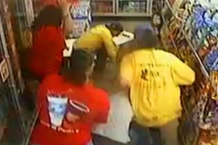 美国一劫匪抢劫商店反遭顾客暴打一顿