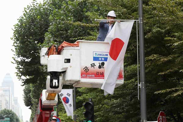 """韩国""""反日""""情绪再升温 首尔街头日本国旗被拆除"""