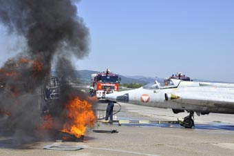 奧地利空軍舉行消防演習 直接火燒退役舊軍機