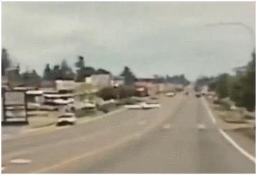 太疯狂!因燃料系统故障,美国一架小型飞机紧急迫降公路上