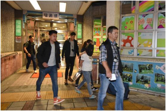 港媒:香港一家三口涉嫌制造煙霧彈,被警方帶走調查