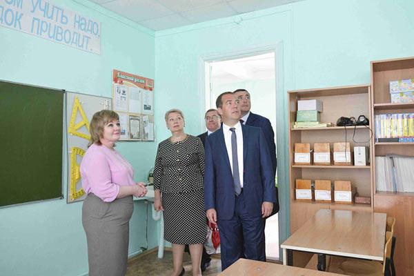 俄总理梅德韦杰夫再登日俄争议岛屿 视察基础建设项目
